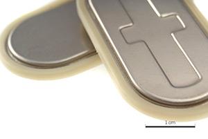 Pile bouton : surmoulage d'un joint thermoplastique sur acier inox avec contrainte de résistance chimique élevée